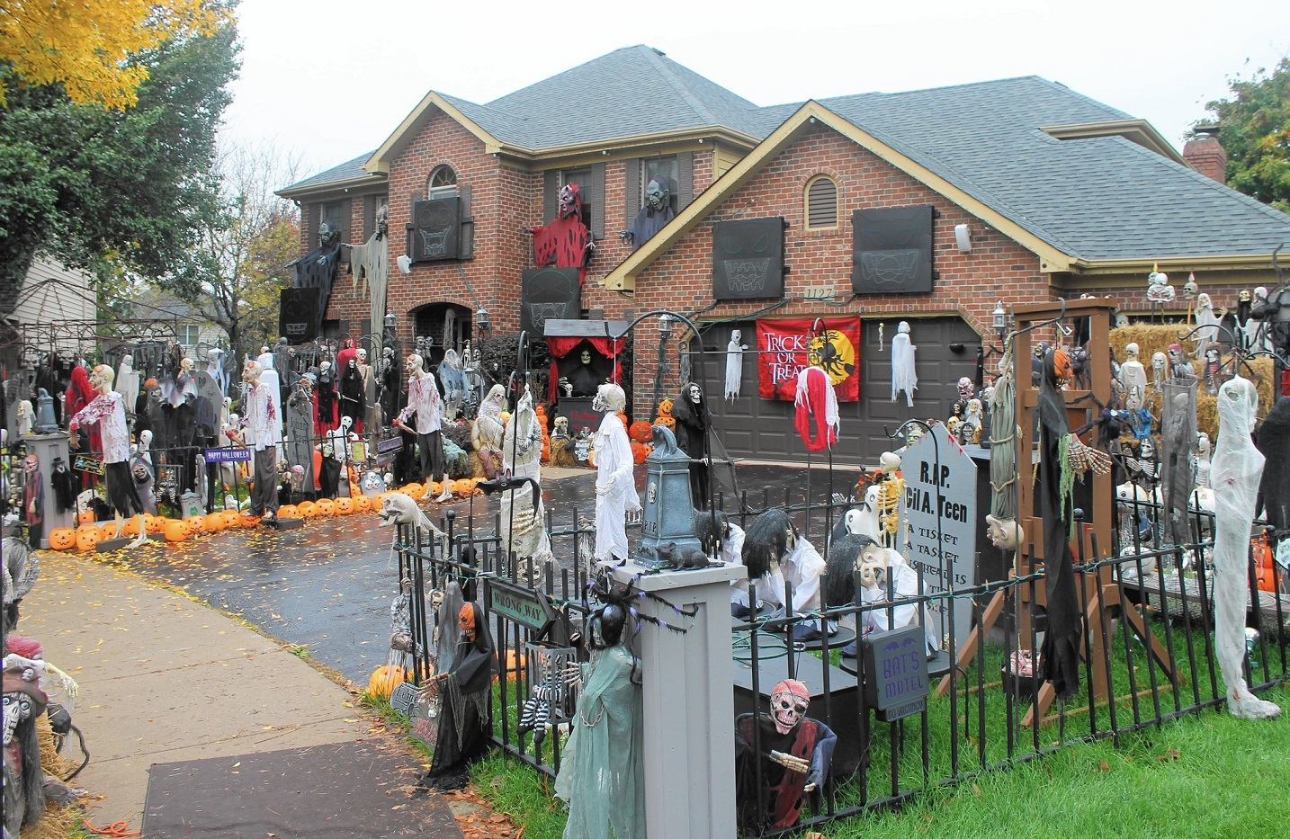 How not to decorate your home for halloween if you are for How to decorate your house for halloween